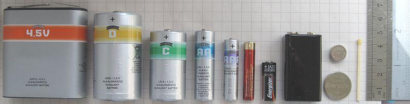 799px-Batteries_comparison_4,5_D_C_AA_AAA_AAAA_A23_9V_CR2032_LR44_matchstick-1